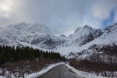 A vista surpreendente de nusfjordveien a estrada à geleira bjorntinden o saut imagens de stock