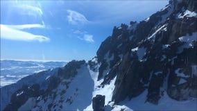 Vista surpreendente de um teleférico descendente da gôndola de um pico de montanha no inverno (pico de Lomnicky, Tatras alto, Esl video estoque