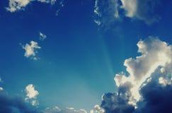 Vista surpreendente do balcão céu azul, nuvens brancas perfeitas e árvore imagem de stock royalty free
