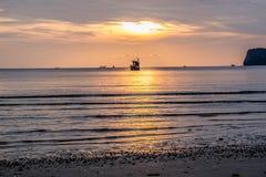 Vista surpreendente do barco de pesca no por do sol em Tailândia Foto de Stock Royalty Free