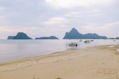 Vista surpreendente do barco de pesca no por do sol em Tailândia Fotos de Stock