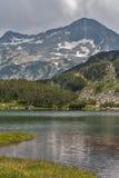 A vista surpreendente do lago Muratovo e a reflexão de Banski Suhodol repicam Imagem de Stock