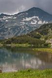 Vista surpreendente do lago Muratovo e reflexão do pico de Banski Suhodol, montanha de Pirin Imagens de Stock