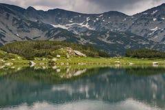 Vista surpreendente do lago Muratovo, montanha de Pirin Foto de Stock