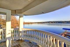 Vista surpreendente do lago Washington do balcão superior fotografia de stock