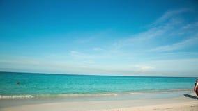 Vista surpreendente em Eagle Beach da ilha de Aruba caribbean Lapso de tempo vídeos de arquivo