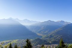 Vista surpreendente em Kulm mais duro acima de Interlaken em Suíça imagens de stock