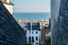 Vista surpreendente entre das paredes ao beira-mar, sobre a cidade Fotos de Stock