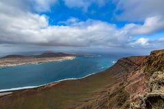 Vista surpreendente na ilha de Graciosa do La de Mirador del Rio em um dia nebuloso, Lanzarote, Espanha imagens de stock royalty free