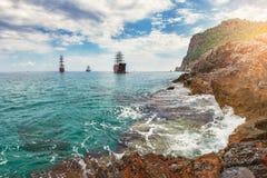 Vista surpreendente no mar e na praia rochosa no dia de verão com nuvens e navios no horizonte Seascape do litoral com rochas e m Fotografia de Stock