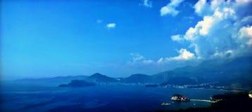 Vista surpreendente Paisagem perfeita mar, montanhas, ilha e céu com nuvens foto de stock