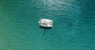 Vista surpreendente para yacht a navigação no mar aberto no dia ventoso Zangão vi imagens de stock royalty free