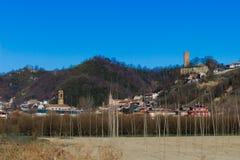 A vista típica da cidade alba de Corneliano de d 'situado na província de Cuneo em Itália, a vista contém o bui histórico princip fotos de stock royalty free