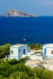 Vista típica da ilha de Panarea com as casas e o mar brancos típicos Imagens de Stock Royalty Free
