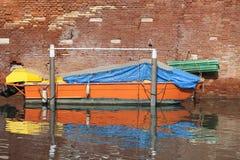 Vista típica del lado estrecho del canal, barco parqueado Venecia, Italia Fotografía de archivo