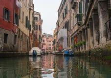 Vista típica del lado estrecho del canal, Venecia, Italia La comunicación en la ciudad es hecha por el agua, que crea a Imagen de archivo libre de regalías