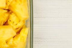 Vista Tabletop, detalhe - corte amarelo do abacaxi nas partes, em squar imagem de stock
