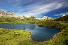 Vista a Tannesee e panorama suíço dos cumes de Melchsee Frutt, interruptor Imagem de Stock