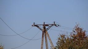 Vista tecnica della rete elettrica su un cielo blu Costruzione del ferro Giorno pieno di sole fotografie stock libere da diritti
