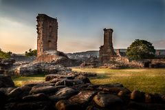 Vista temperamental e artística incrível das ruínas do castelo de Penrith no por do sol em Cumbria, Inglaterra foto de stock royalty free