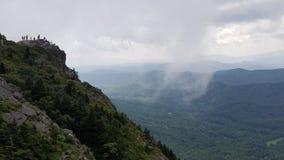 Vista tempestosa per le viandanti sulla montagna di prima generazione fotografia stock libera da diritti