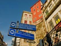 Vista tipic delle case di Oporto con i segni dell'hotel Fotografia Stock