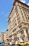 Vista tipica dell'edificio di New York con il traffico molto occupato Fotografia Stock Libera da Diritti