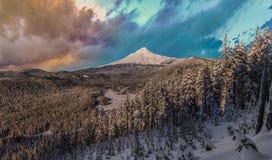 Vista tormentoso do inverno da capa da montagem em Oregon, EUA Fotografia de Stock