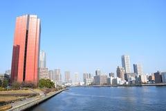 Vista total construções da baía do Tóquio e do rio de Sumida ponte e foto de stock