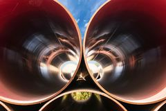 Vista tramite i tubi d'acciaio immagine stock