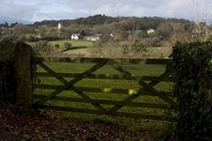 Vista tramite il cancello di legno della chiesa nella distanza Dar Fotografia Stock Libera da Diritti