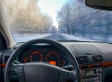 Vista tramite il parabrezza dell'automobile alla strada di inverno Immagini Stock Libere da Diritti