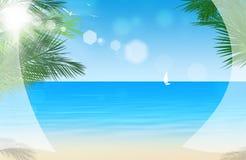 Vista tramite le tende di finestra alla spiaggia tropicale Immagine Stock Libera da Diritti