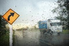 Vista tramite lo schermo di vento del giorno piovoso Fotografie Stock Libere da Diritti