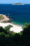 Vista tranquilla della spiaggia a Niteroi, Rio de Janeiro fotografie stock libere da diritti