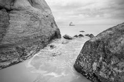 Vista tranquilla di un paesaggio della linea costiera in bianco e nero Fotografie Stock Libere da Diritti