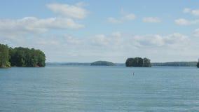 Vista transversalmente de um lago Fotografia de Stock Royalty Free