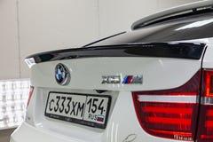 A vista traseira com tailliamp e desmancha prazeres no tronco do carro de ajustamento branco novo muito caro luxuoso de BMW X6 M  fotografia de stock