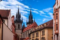 Vista traseira da igreja de nossa senhora antes de Tyn na cidade velha de Praga foto de stock