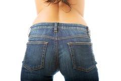 Vista traseira das nádegas da mulher nas calças de brim fotos de stock royalty free