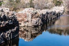 Vista traseira das paredes de pedra da represa velha da missão Fotos de Stock
