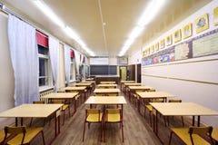Vista traseira das tabelas e das cadeiras na classe de escola Fotografia de Stock