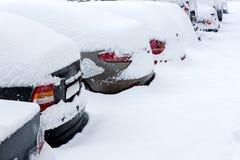Vista traseira de carros estacionados cobertos de neve fotos de stock royalty free