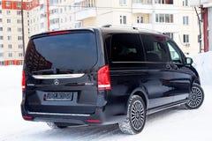 Vista traseira de novo um amortecedor da carrinha da V-classe de Mercedes Benz e um tronco caros de um carro, uma limusina preta  imagens de stock royalty free