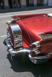 Vista traseira de um carro americano clássico vermelho em Cuba Fotos de Stock