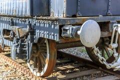 Vista traseira de um trem oxidado velho Foto de Stock