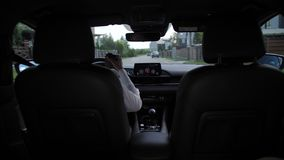 Vista traseira do café bebendo da mulher que conduz o carro filme