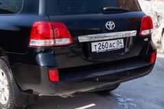 Vista traseira do Toyota Land Cruiser 200 na cor preta após a limpeza antes da venda em um dia ensolarado no estacionamento imagens de stock