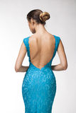 Vista traseira, jovem mulher bonita na roupa apertada de turquesa fotografia de stock
