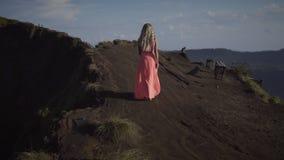 Vista traseira na jovem mulher descalça filme